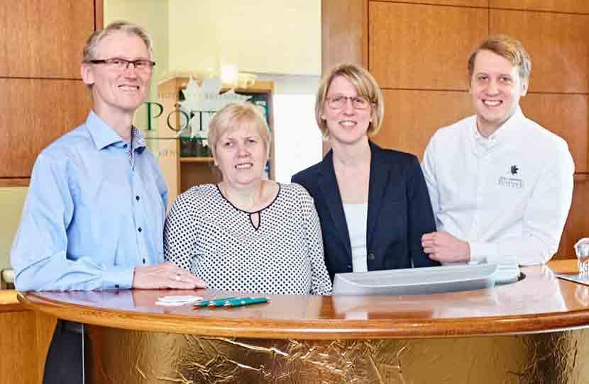 Familie Pötter an der Rezeption des Hotel Pötter in Emsdetten.