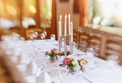 Kaminzimmer für Menüs von 20 bis 50 Personen in festlicher Atmosphäre.